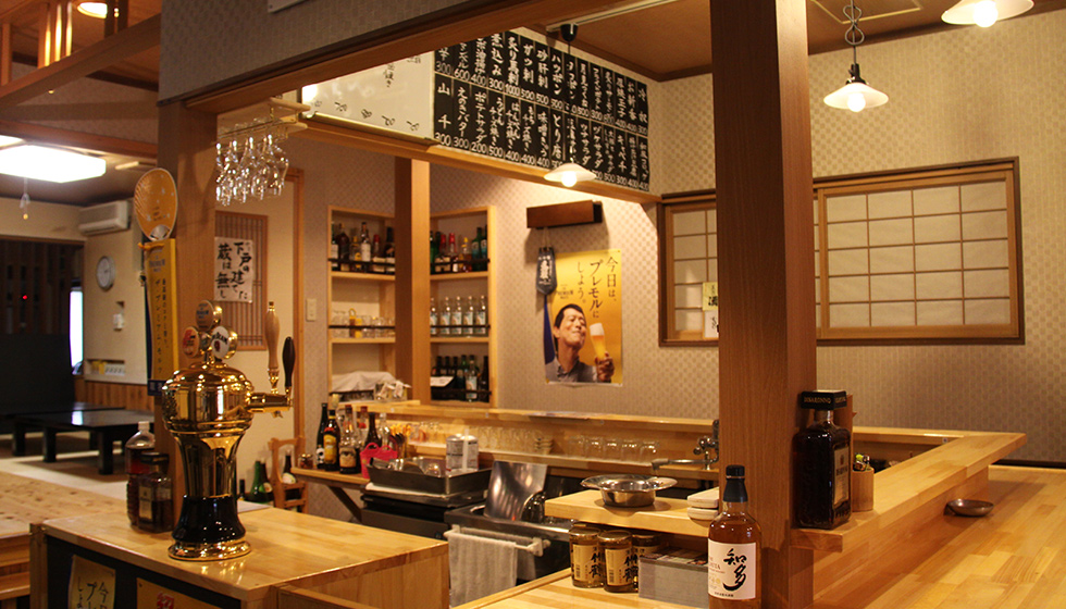 Serves as a Japanese restaurant during lunch time, and as an izakaya (Japanese-style pub) at night. You can enjoy Happy Hour from 5:00-6:00 PM.