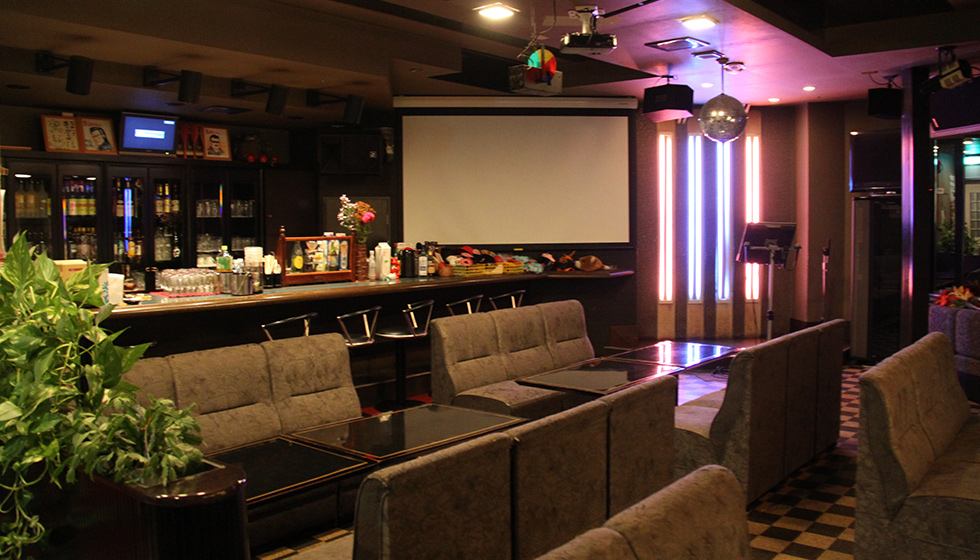 Enjoy karaoke, using various cosplay costumes and goods, plus the 100 inch giant display.