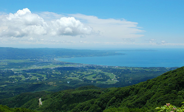 You can look out over the Kuninaka Plains and see the Ogi Peninsula.